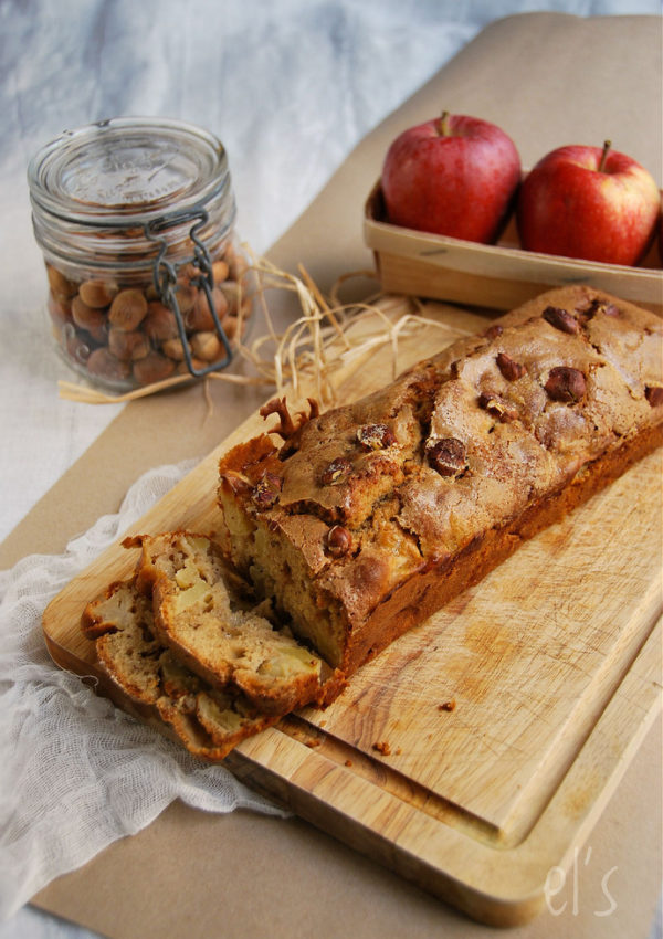 Cake aux pommes, confiture de lait et noisette
