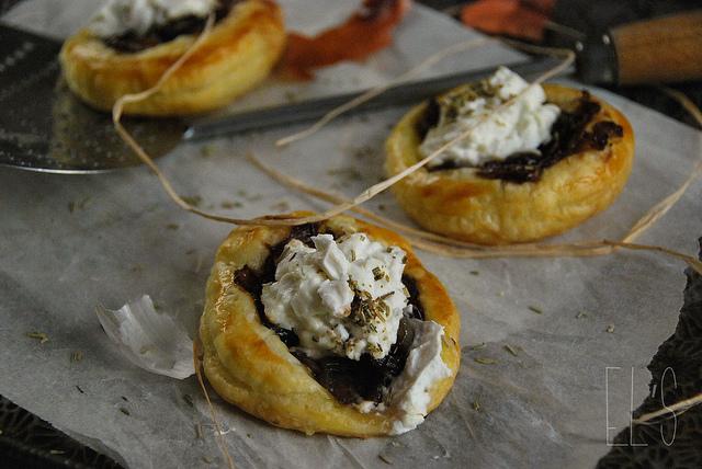 Tartelette aux oignons caramélisés et fromage de chèvre