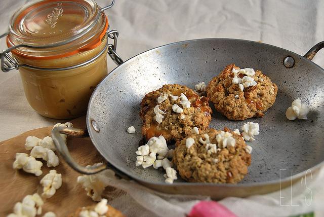 Cookies à la confiture de lait et popcorn