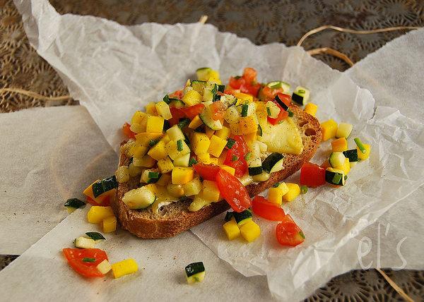 Tartare de courgette et tomate sur tartine de Saint-Félicien