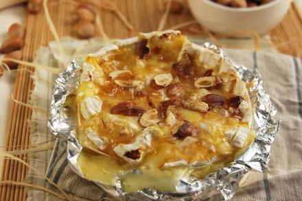 Recette Camembert rôti aux pommes et noisettes