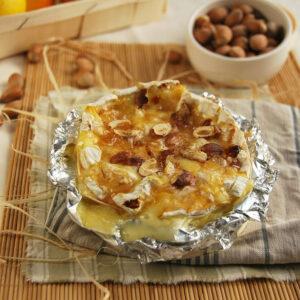 Camembert rôti aux pommes et noisettes