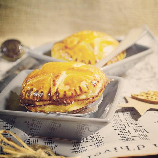 Alors là,  on se craque sur le blog avec des chaussons au foie gras, poire, oignon et piment d'espelette !!