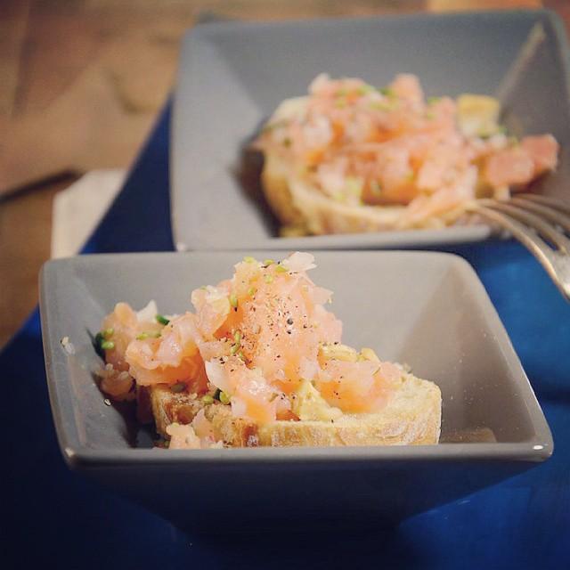 Un petit toast de saumon, c'est pas mal, non !? Et ben, c'est sur le blog... #recette #toast #saumon