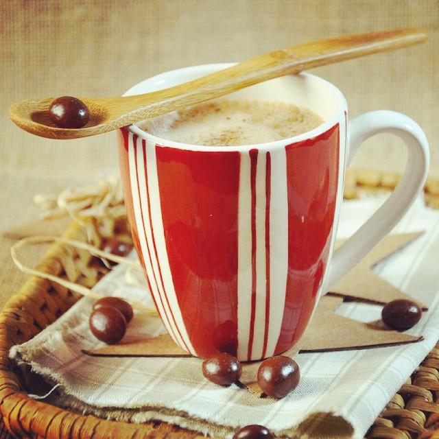 Cet après-midi sur le blog, on s'offre un moment de douceur avec un smoothie choco-café au lait d'amande ♡ #chocolat #café #amande #smoothie