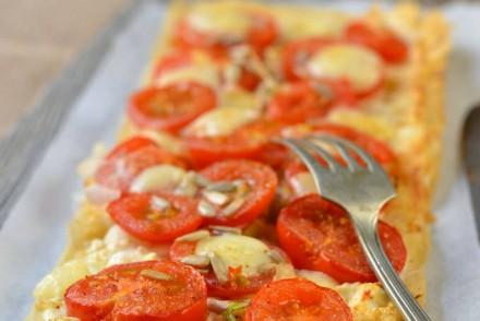 Tarte fine à la tomate, mozzarella et moutarde