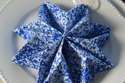 Pliage de serviette en flocon de neige pour Noël