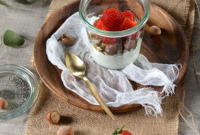 Yaourt de brebis aux graines de chia et fraises