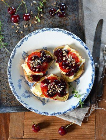 Tartine de brie, compotée de cerise au balsamique et chorizo