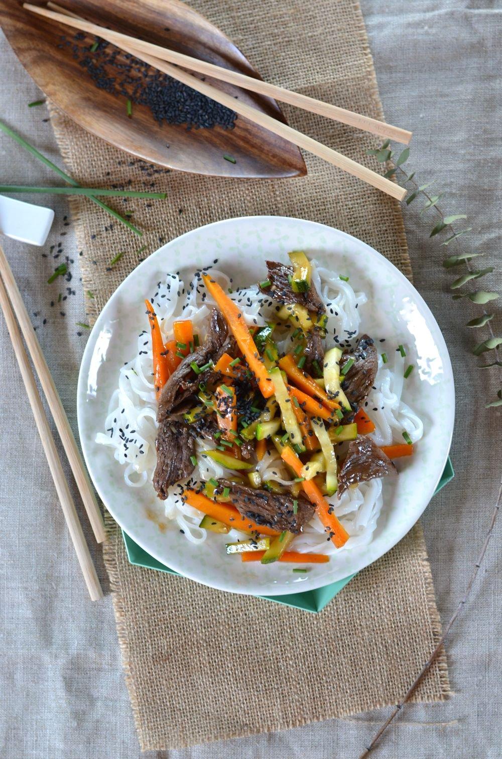 Salade de boeuf, carotte, courgette et nouilles de riz dans délicieuse sauce yakitori. Prêt en moins de 30 minutes, à retrouver sur le blog de cuisine tangerinezest.com