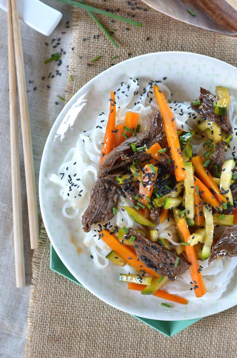 Salade de boeuf, carotte, courgette et nouilles de riz