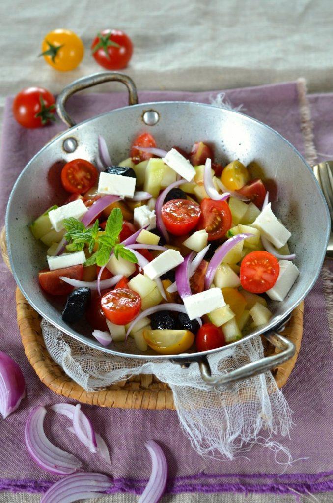 Salade à la grecque maison facile et rapide, prête en moins de 30 minutes, la recette est à retrouver sur le blog de cuisine tangerinezest.com