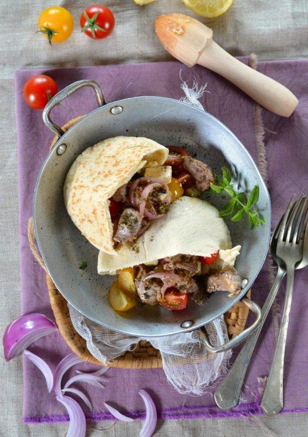 Pain pita d'agneau, salade grecque et sauce blanche