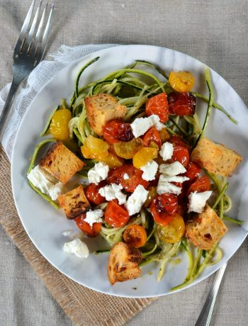 Spaghetti de courgette au pesto, tomates rôties, feta et croûtons