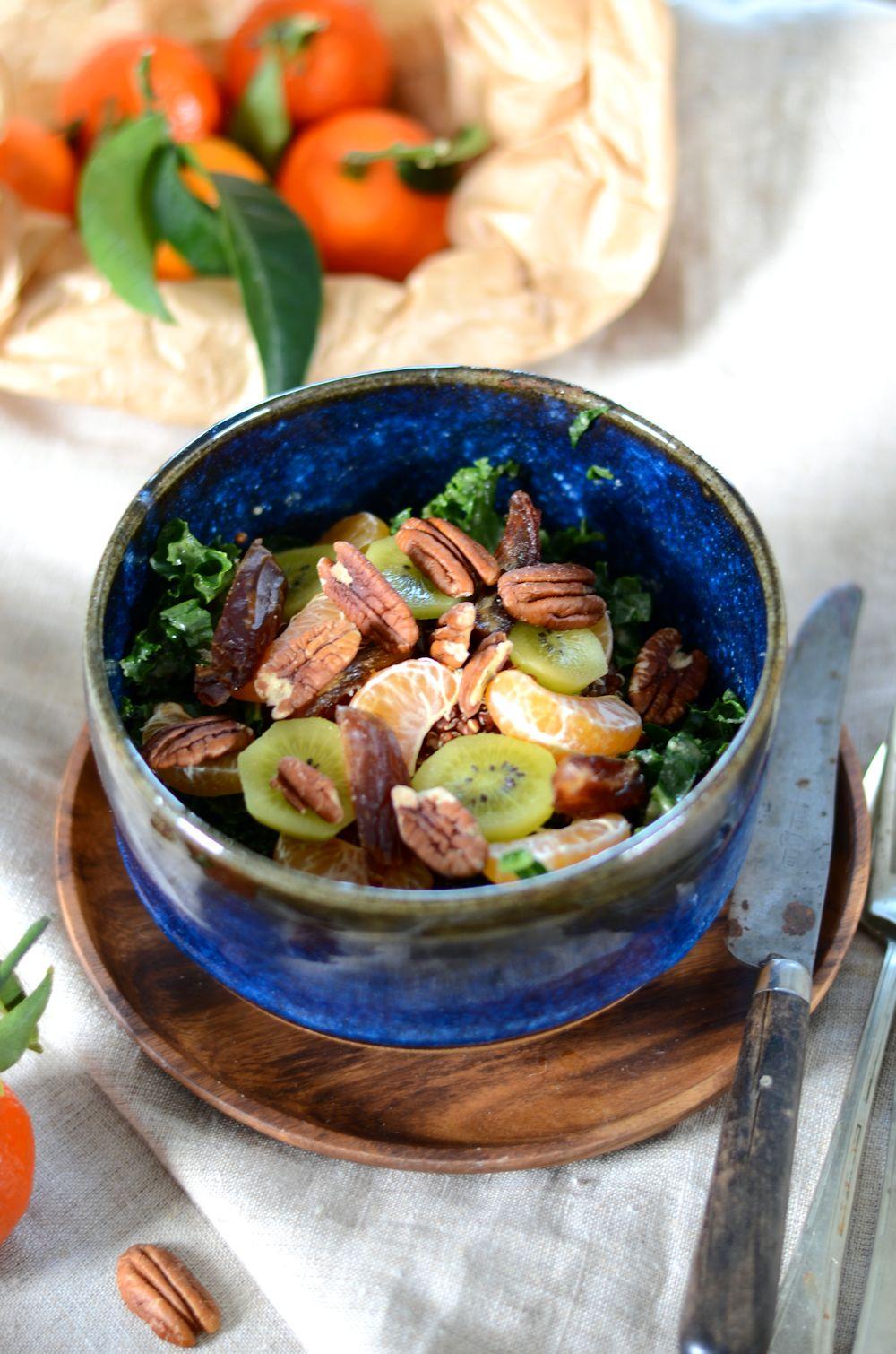 Salade de chou kale, quinoa, noix de pécan et fruits