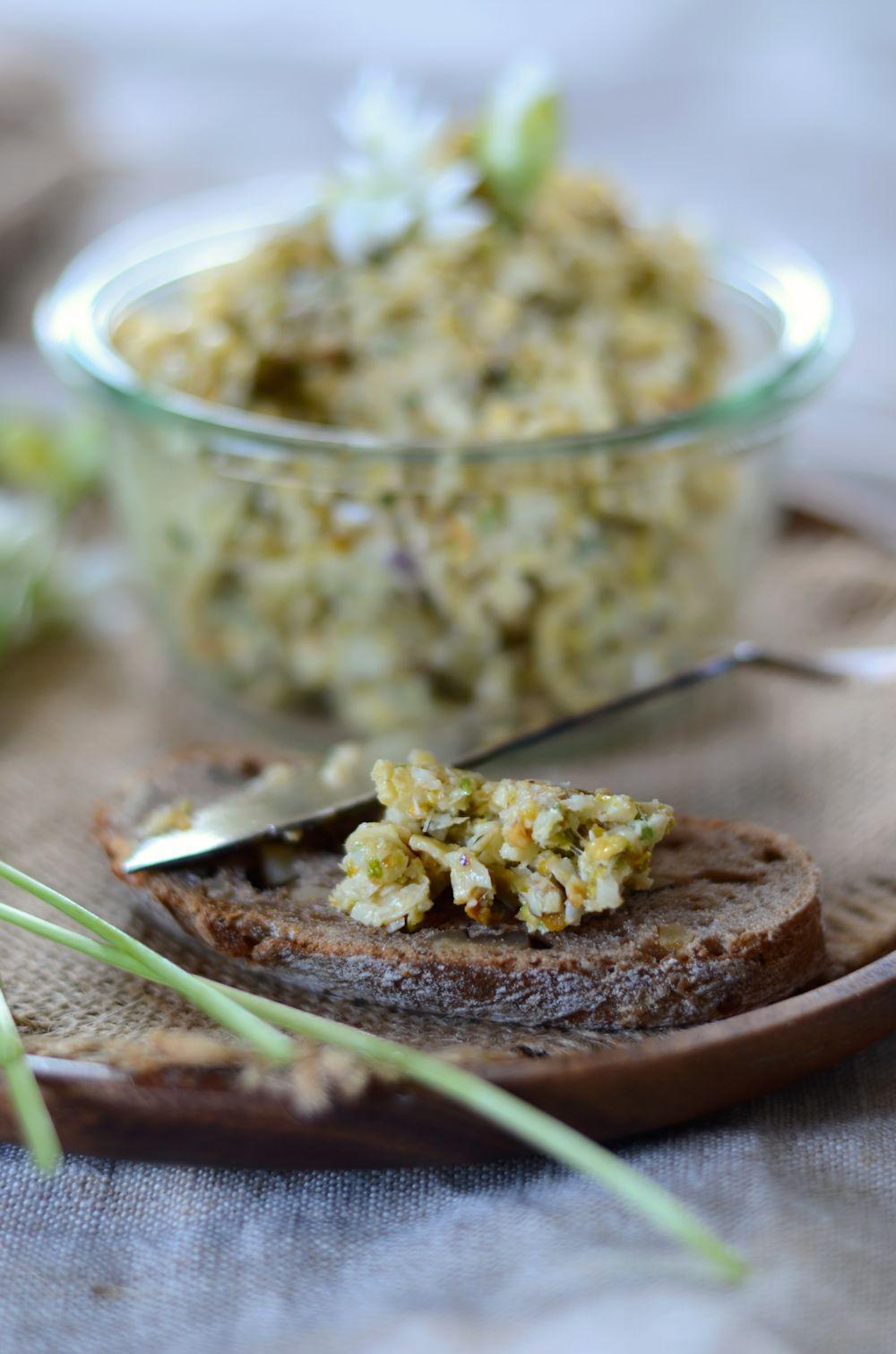 Tartinade d'artichaut à la vapeur, pistaches et ail des ours