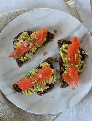 Toasts à l'avocat et au saumon fumé