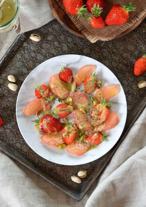 Salade de pamplemousse, fraises et pistaches