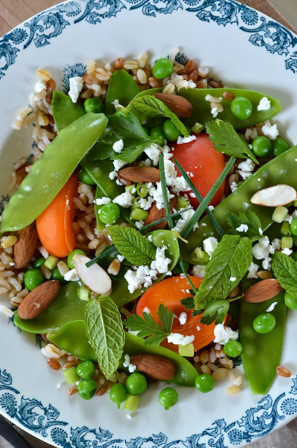 Salade de pois mange-tout, abricot et céréales