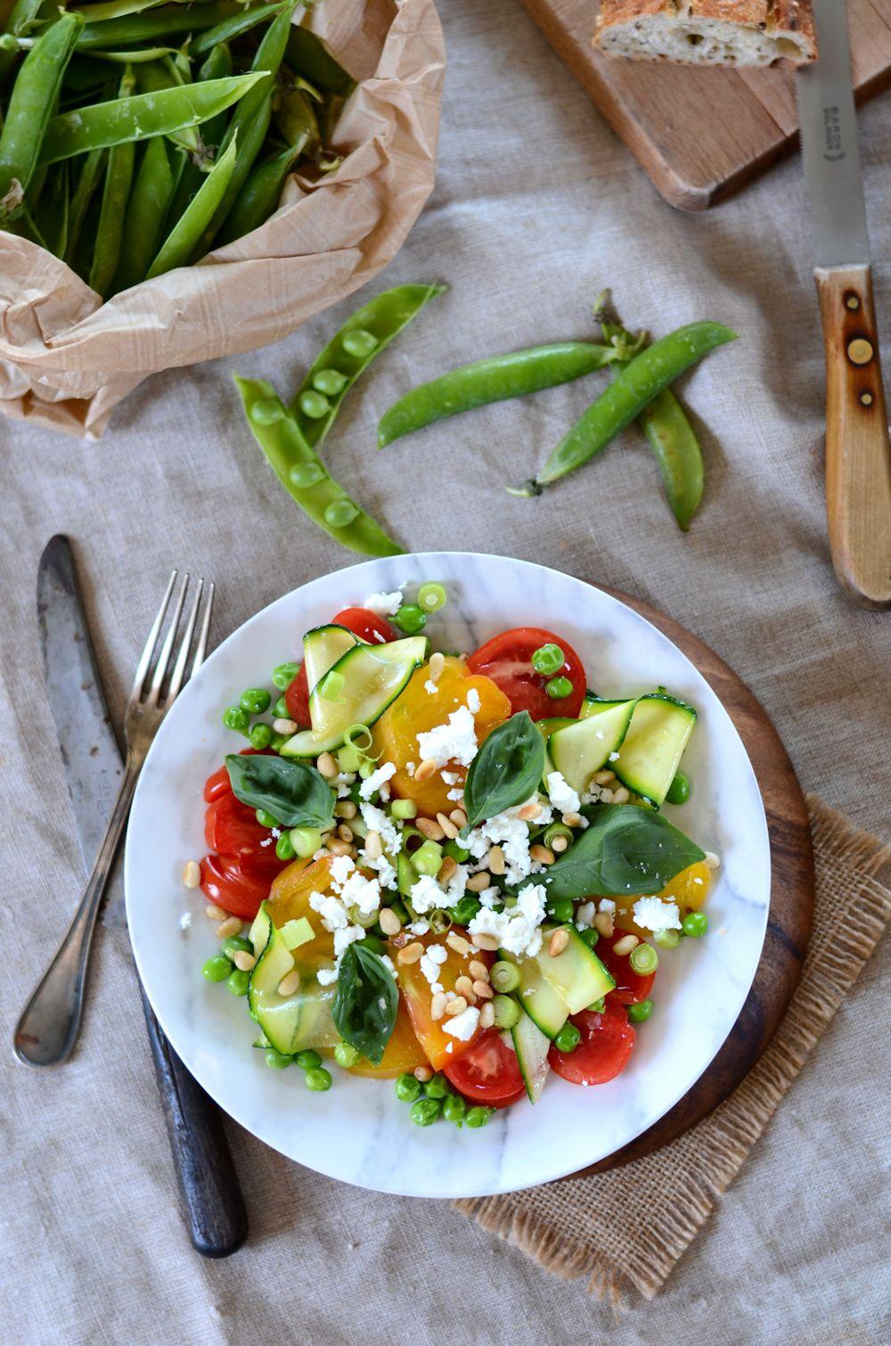 Salade composée de printemps aux petit pois, tomate et courgette