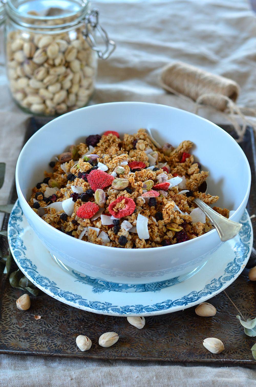 Granola maison aux fruits rouges, pistaches et noix de coco