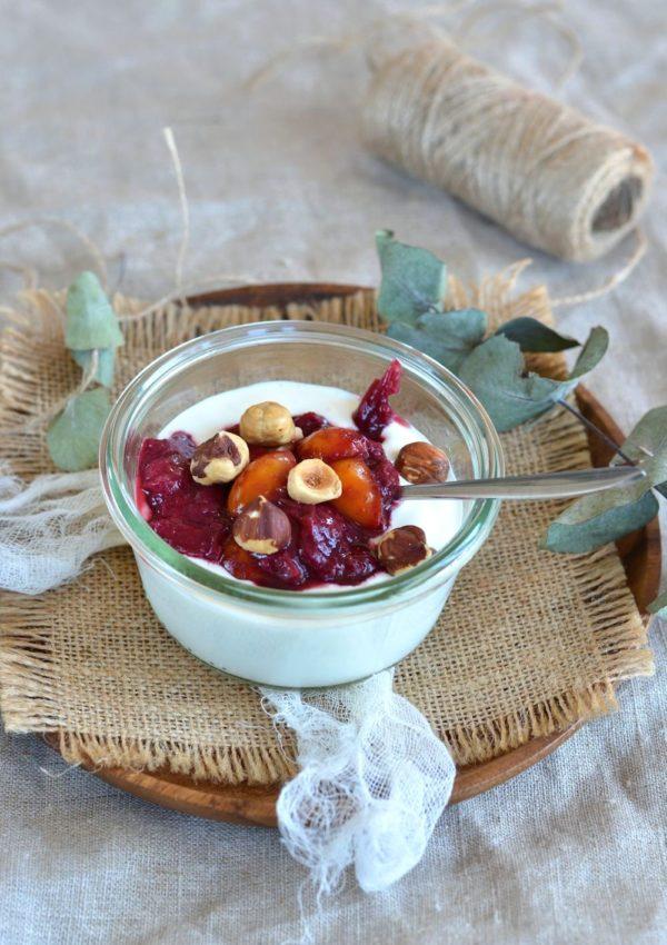 Compoté de pêches, mirabelles, yaourt à la grecque et noisettes