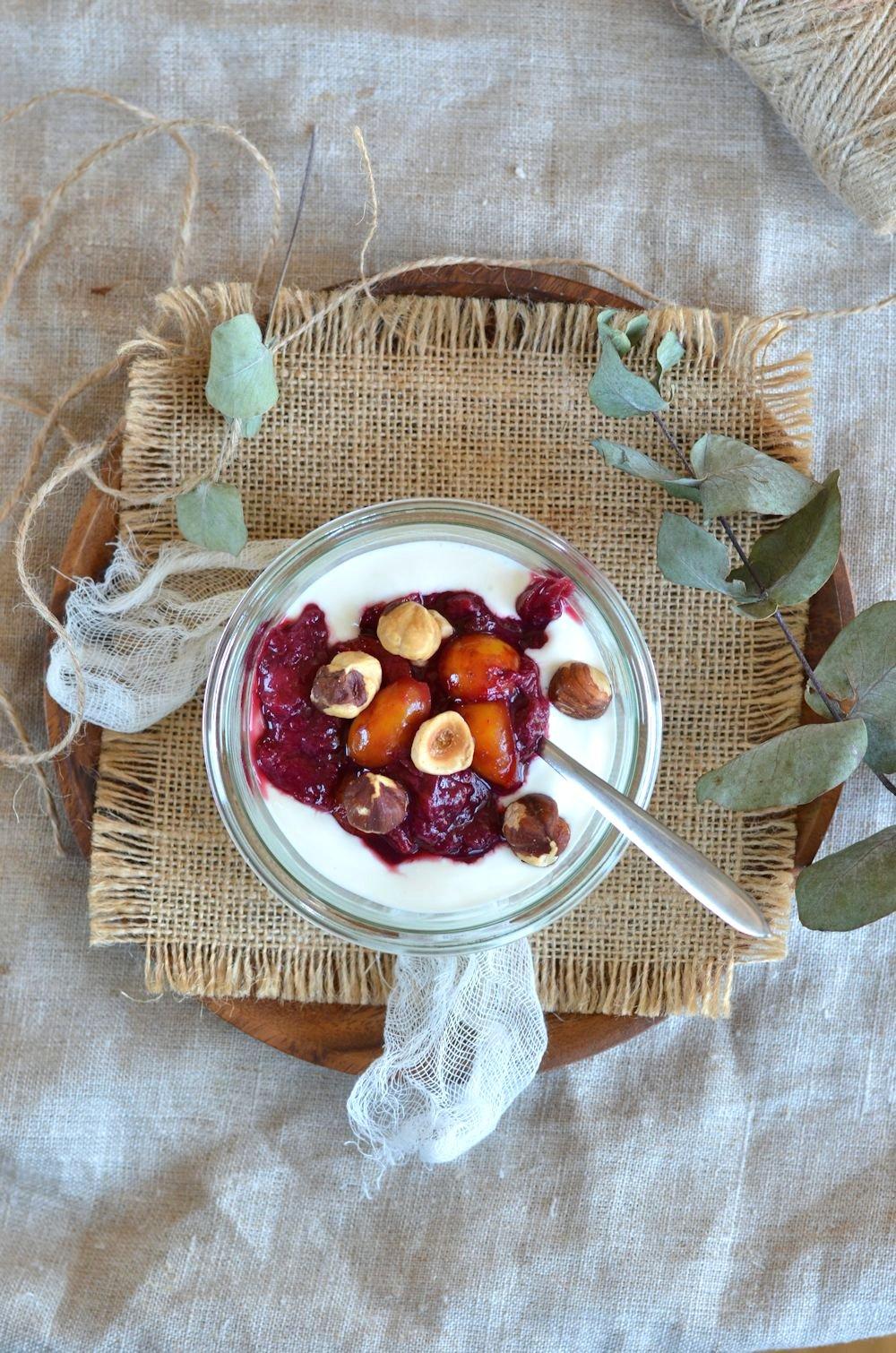 Compote de pêches, mirabelles, yaourt à la grecque et noisettes
