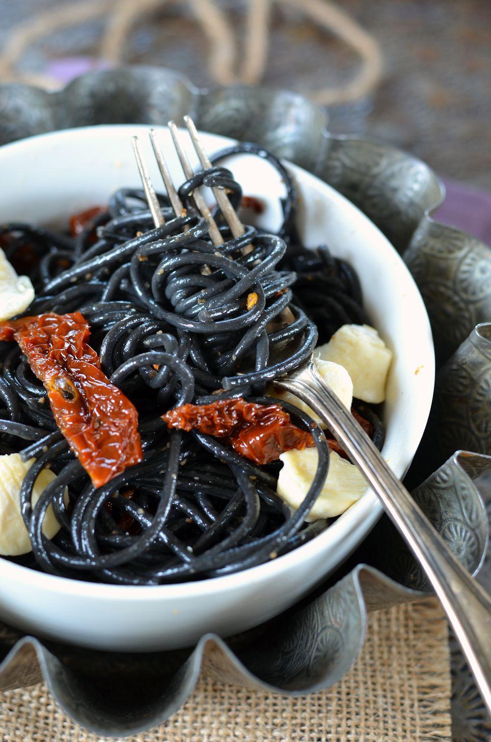 Spaghetti noirs à l'encre de seiche, tomates séchées et fromage de chèvre