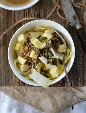 Salade d'endive, fromage et vinaigrette aux noix