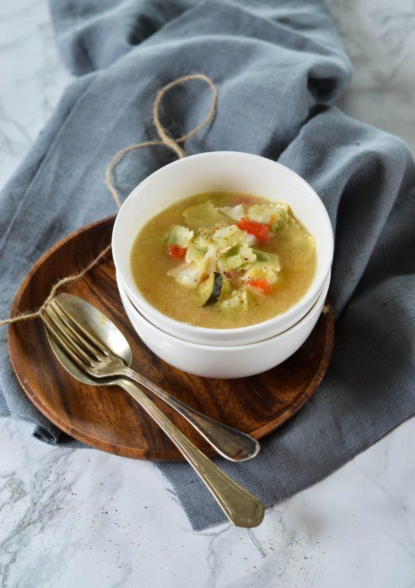 Bouillon de légumes, ravioles et poisson