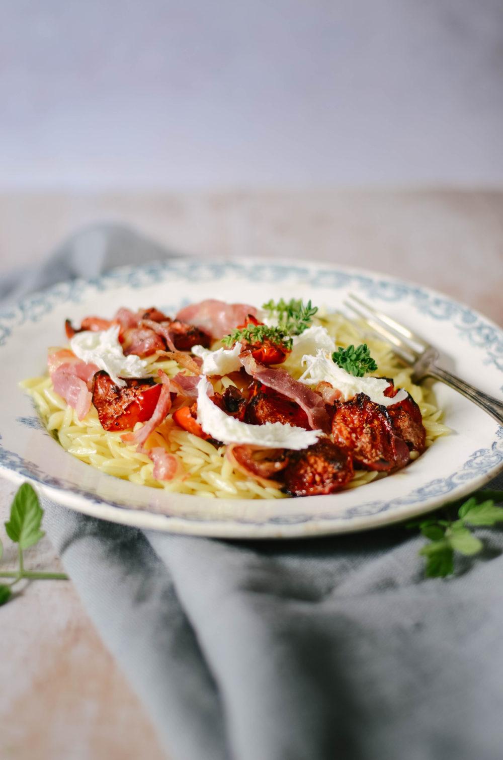 Pâtes aux tomates rôties, pancetta grillée et burrata