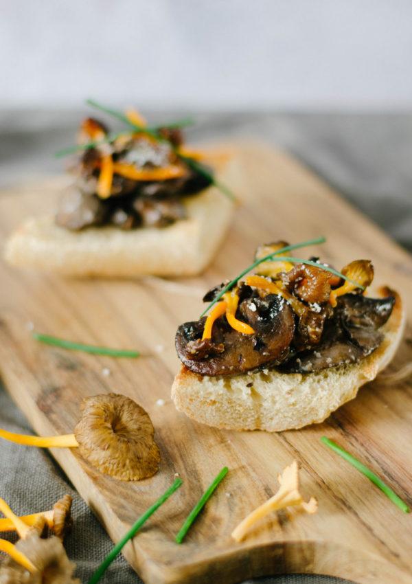 Croute aux champignons de Paris et chanterelles