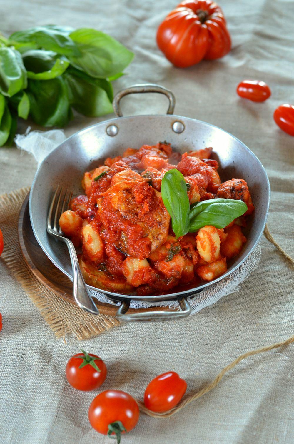 Gratin de gnocchi sauce tomate, basilic et mozzarella fumée. Facile à faire et délicieuse, la recette est à retrouver sur le blog de cuisine tangerinezest.com