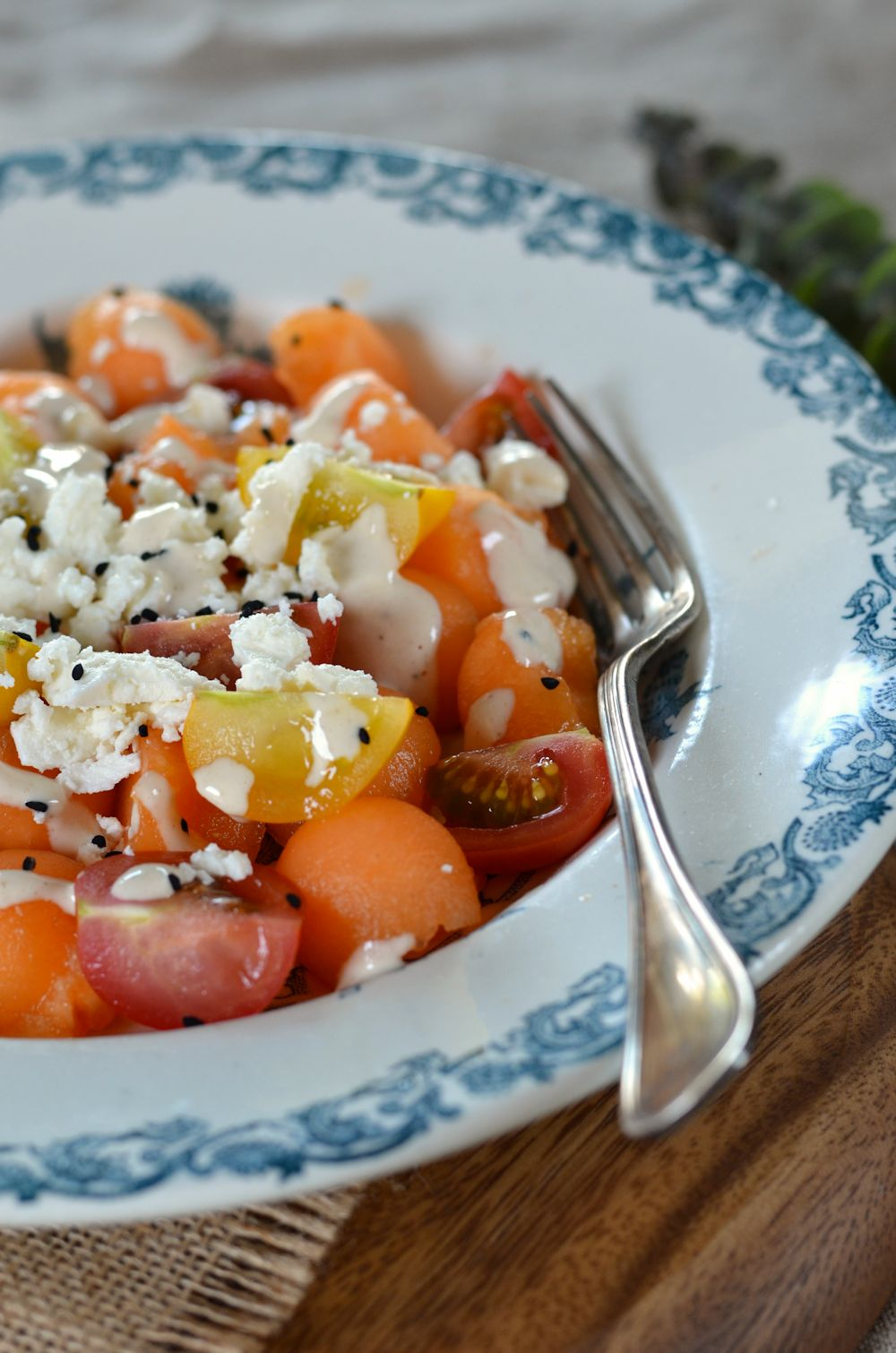 Salade de melon, feta et cumin noir, sauce tahini