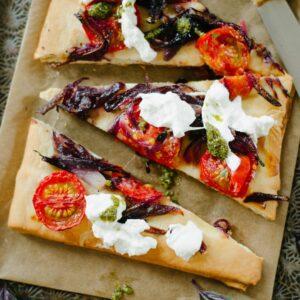 Fougasse aux oignons, burrata et tomate