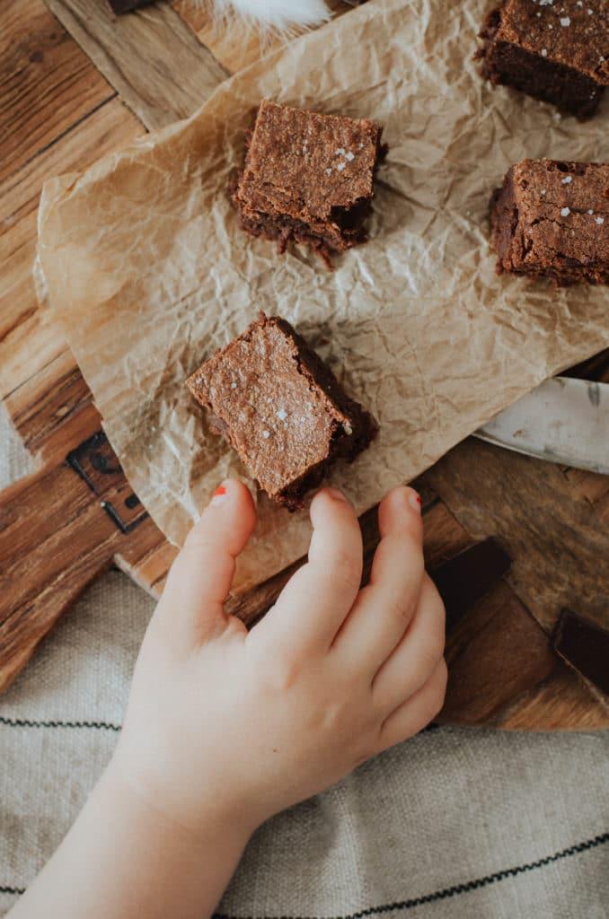 enfants et gateau au chocolat