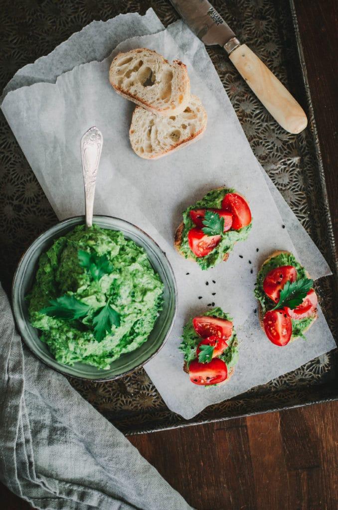 Tartines apéritives avocat, herbes et tomate d'Ottolenghi