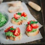 Toasts apéritifs avocat, herbes et tomate d'Ottolenghi