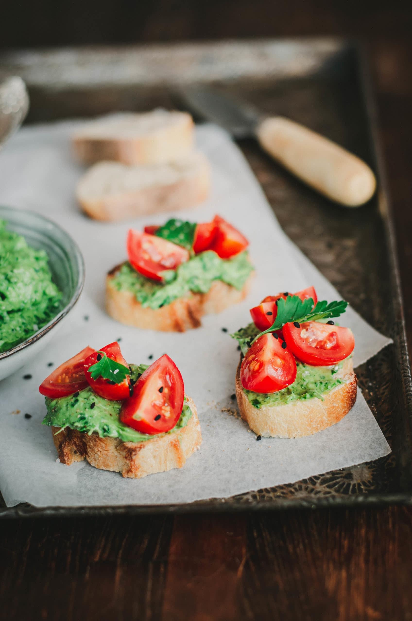 Toasts Aperitifs Avocat Herbes Et Tomate D Ottolenghi Recette