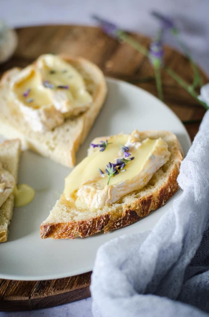 Tartine de fromage de chèvre, miel et lavande