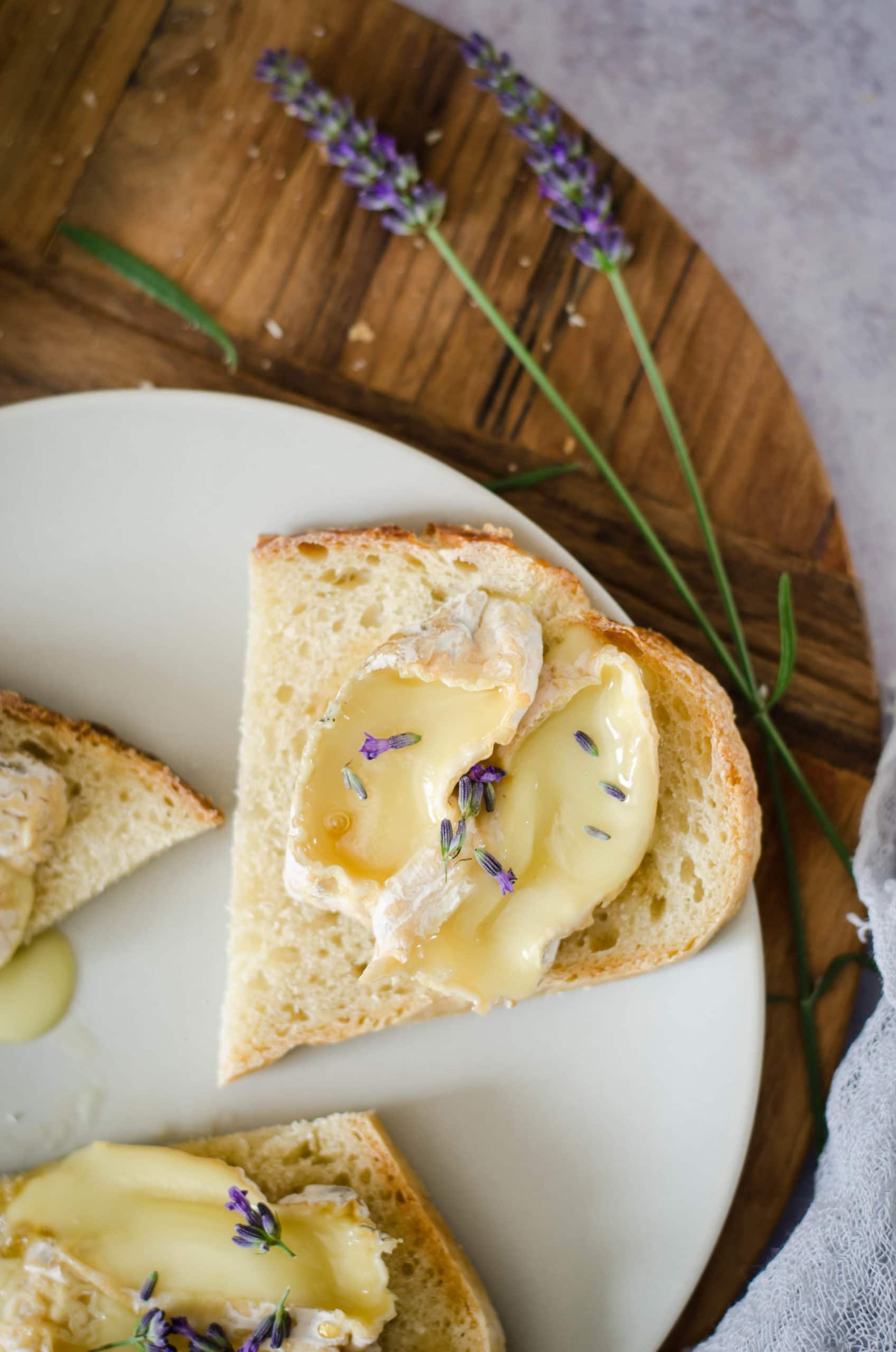 Toasts de picodon, miel et lavande