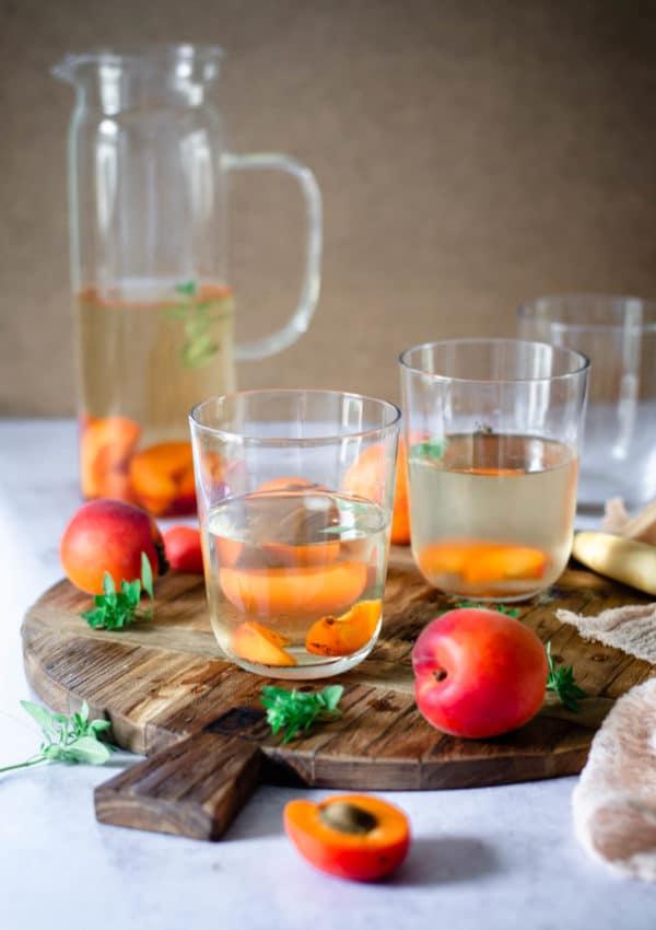 Thé glacé à l'abricot et au basilic