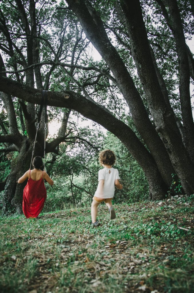 balançoire sous arbres
