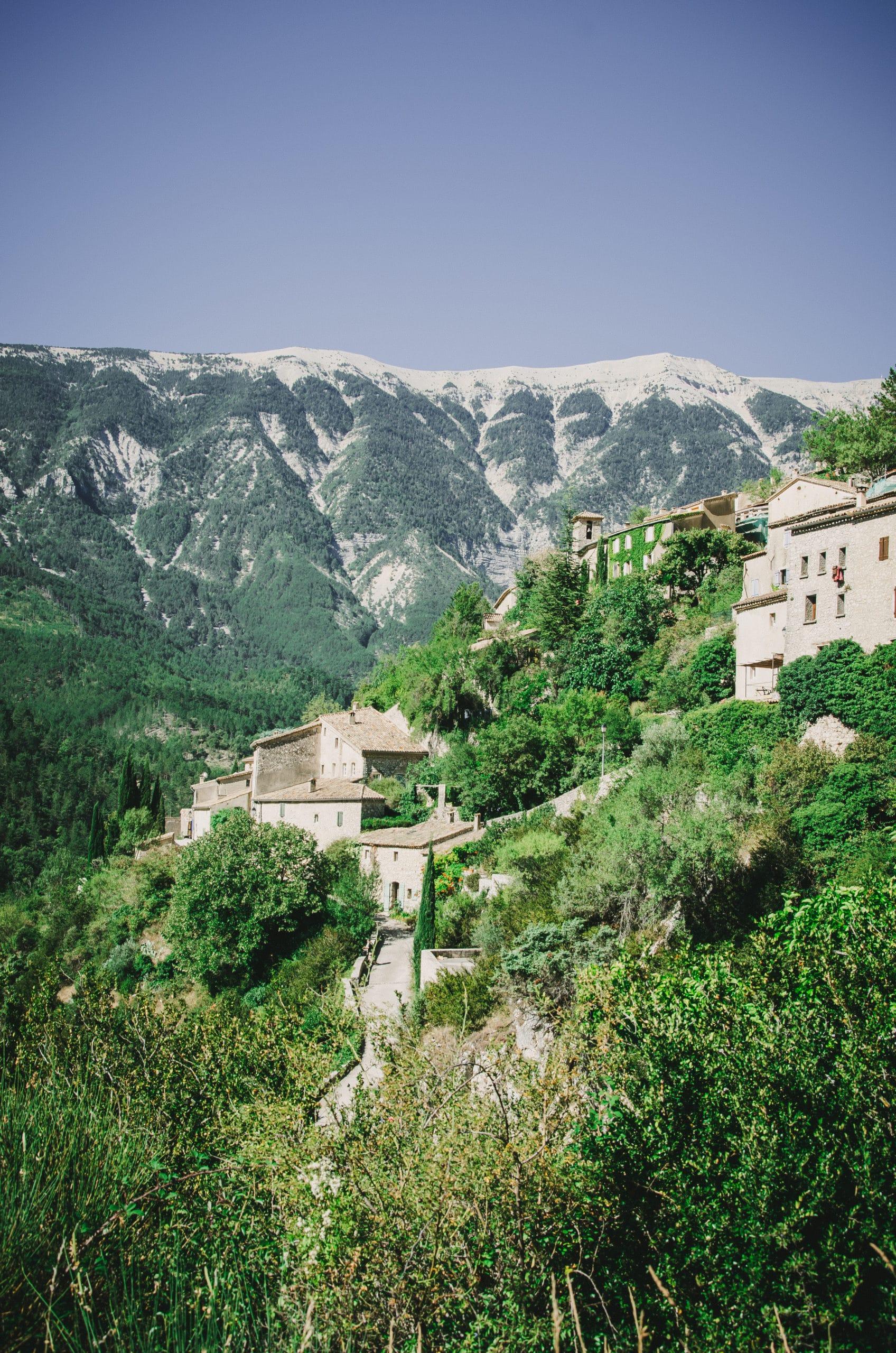 Village de Brantes au pied du Mont Ventoux