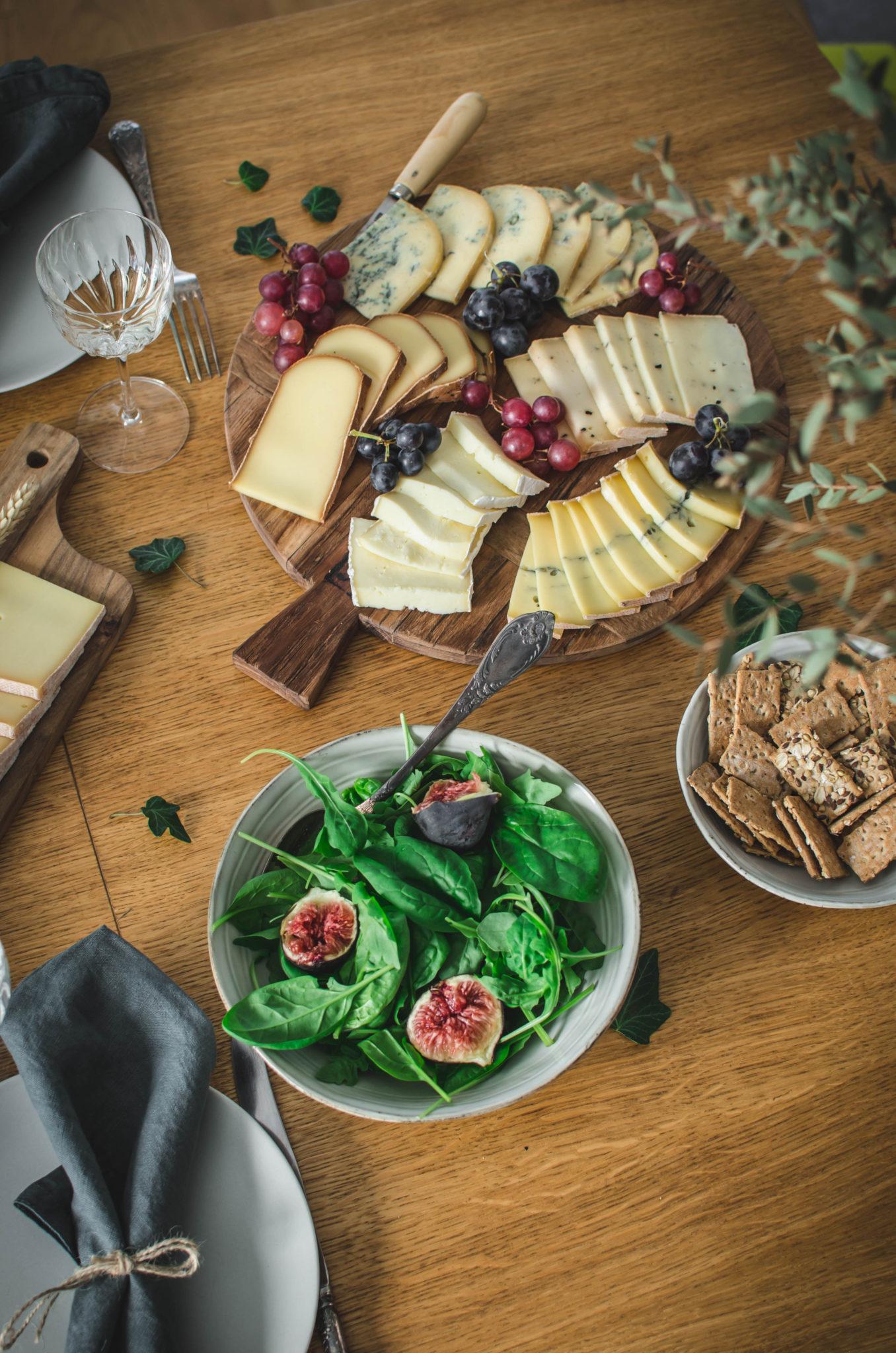 Salade composée et plateau de fromages