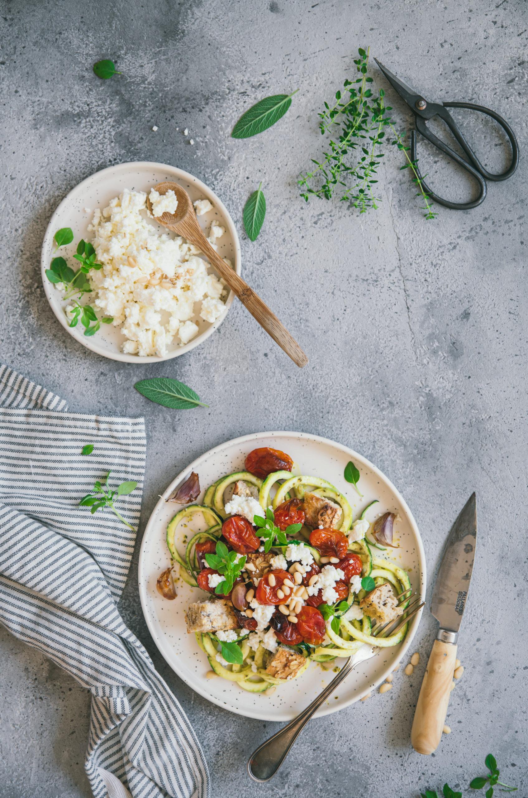Spaghetti de courgette au pesto tomates roties feta et croutons