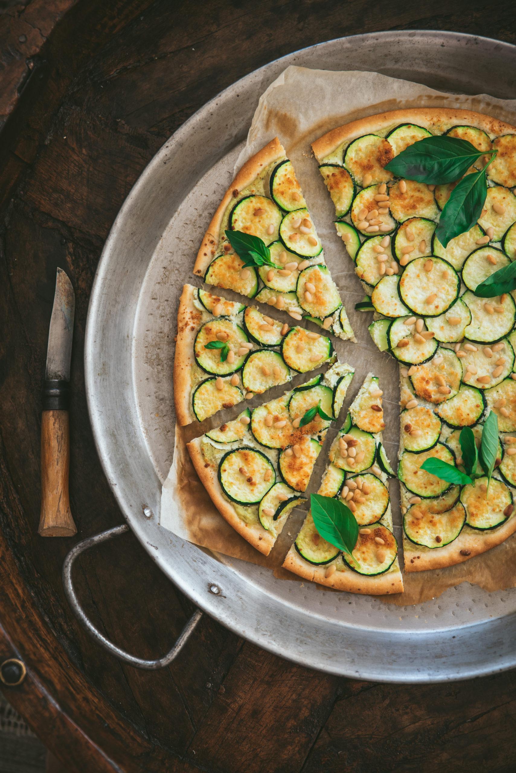 Pizza courgette, ricotta et pignons